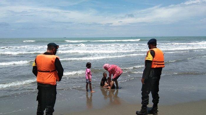 Brimob Polda Aceh Patroli di Pantai Naga Permai dan Ajak Pengunjung Patuhi Protkes Covid-19