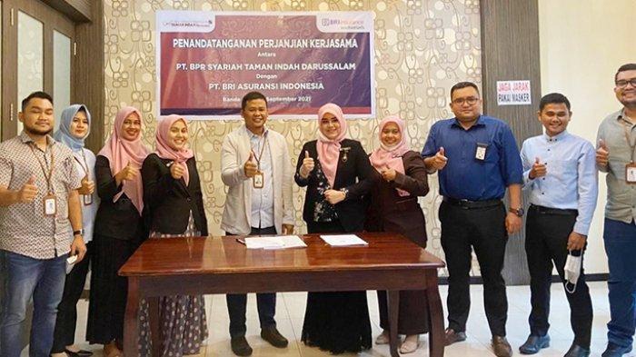 Pimpinan dan Karyawan BRINS dan BPRS Taman Indah Darussalam berfoto bersama seusai penandatangan Perjanjian Kerjasama