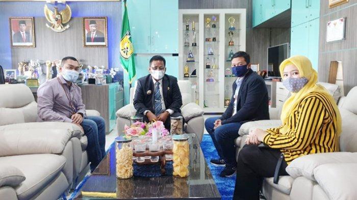 Walikota Banda Aceh, H Aminullah Usman SE Ak MM menerima kunjungan Pemimpin Cabang BRI Insurance Aceh Syariah, Ashar Anwar beserta Tim di Balai Kota Banda Aceh, Rabu (30/12).