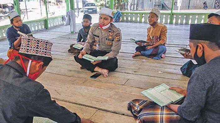 Briptu Nabhani Akbar mengajarkan santri Dayah Markaz Al Ishlah Al-Aziziyah, Lueng Bata, Banda Aceh, Rabu (1/7/2020).