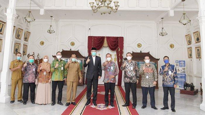 FOTO BERSAMA - Manajemen PT Bank Syariah Indonesia Regional 1 Aceh foto bersama dengan Gubernur Aceh di Pendopo Gubernur, Senin (1/2/2021).