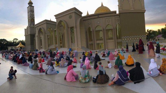 Warga dan para musafir menunggu waktu berbuka puasa di Masjid Agung Baitul Ghafur Abdya, Sabtu (24/4/2021).