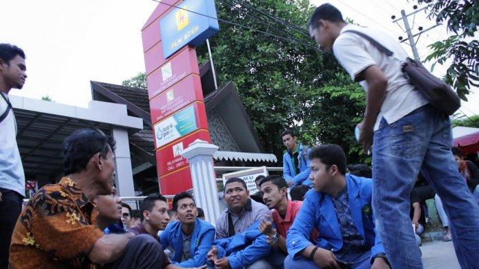 Protes Mati Listrik, Massa Buka Puasa di Depan Kantor PLN