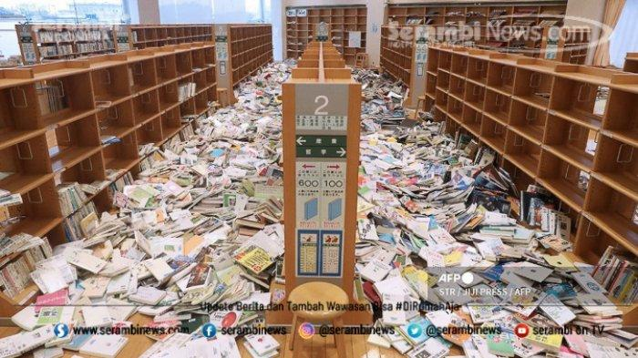 FOTO - Kondisi Terkini Fukushima Jepang, Setelah Diguncang Gempa Berkekuatan 7.1 Magnitudo - buku-berjatuhan-dari-rak.jpg