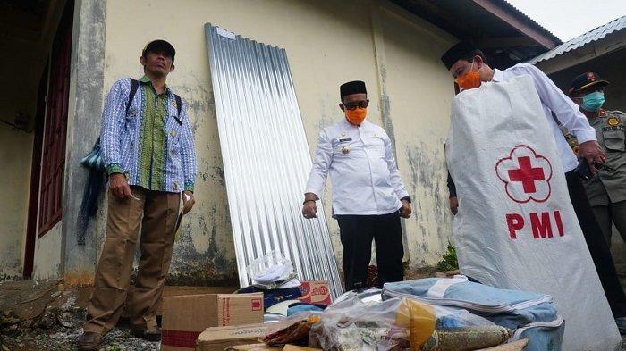 Bupati Aceh Jaya Serahkan Bantuan Masa Panik Untuk Korban Angin Kencang