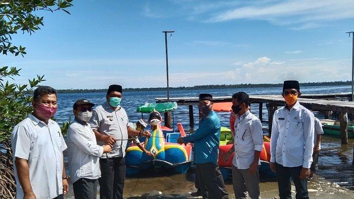 Bupati Aceh Singkil Serahkan Bantuan Bebek Dayung ke BUMDes Gosong Telaga Barat