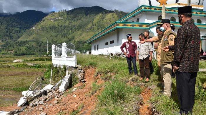 Bupati Aceh Tengah Serahkan Bantuan Masa Panik