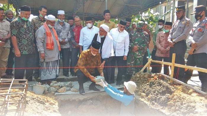 Bupati Sumbang 100 Zak Semen Bangun Tempat Wudhu Mesjid Baitusyarif Darussa'adah