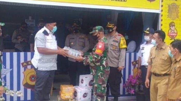 Bupati Aceh Singkil Antarkan Bingkisan ke Petugas Posko Layanan Lebaran