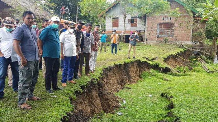 Kedalaman Tanah Amblas di Lamkleng Capai 2 Meter, Bupati ke Lokasi Lagi, Kali Ini Bersama Irmawan
