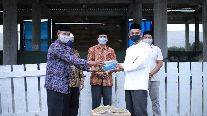 Bupati Nagan Raya Bagikan 3.000 Masker, Antisipasi Covid-19 Saat Warga Saat Shalat Ied