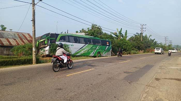 Bus Anugerah Tujuan Banda Aceh Seruduk Halaman Rumah Warga di Aceh Tamiang