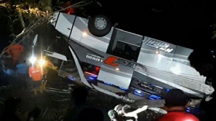 Bus peziarah asal Subang terbalik 180 derajat di Jalan Raya Sumedang-Malangbong, tepatnya di Tanjakan Cae, Wado, Sumedang, Jawa Barat, Rabu (10/3/2021) malam