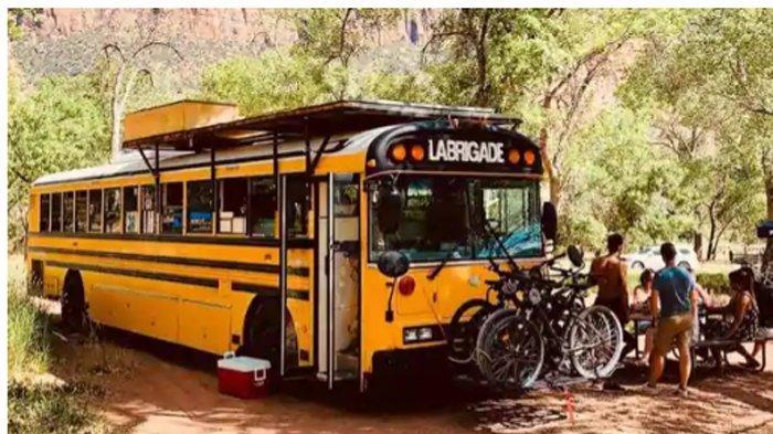 Bus Sekolah Tua, Seperti Robur di Depan Fakultas Ekonomi Unsyiah, Disulap Jadi Hotel Mini