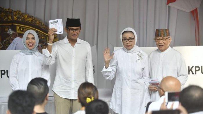 Usai Mencoblos di TPS Kebayoran Baru, Sandiaga dan Istrinya Acungkan Salam Dua Jari