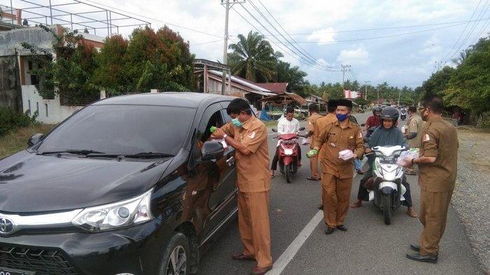 Camat dan Keuchik di Kuala Pesisir Nagan Raya Bagi-bagi Takjil ke Pengendara