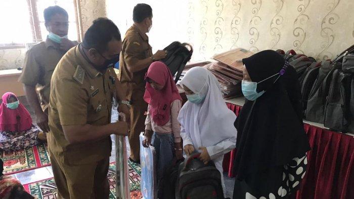 Puluhan Anak Yatim dan Kurang Mampu Terima Bantuan Paket Sekolah