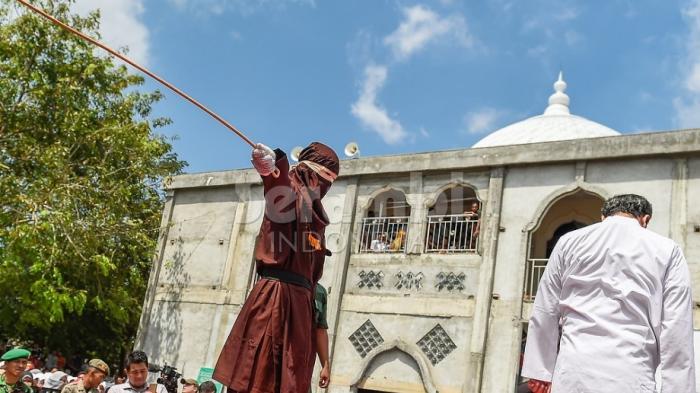 Berkhalwat, Warga Medan dan Kutacane Dicambuk di Gayo Lues