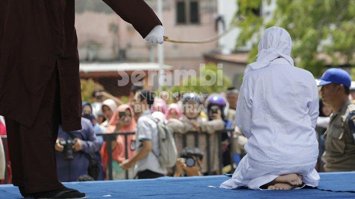 FOTO-FOTO : Sebelas Pelaku Mesum di Cambuk
