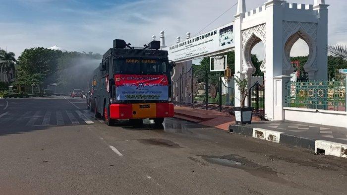 Personel Gegana Satuan Brimob Polda Aceh Semprot Kompleks Masjid Raya Baiturrahman dan Area Publik