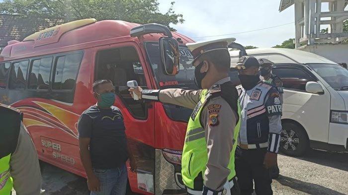 Polisi Periksa Suhu Tubuh Sopir dan Penumpang di Aceh Timur, Sekaligus Halau Pemudik