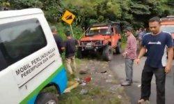 Club Offroad Jeep Bener Meriah Bantu Tarik Mobil Grand Max yang Jatuh ke Jurang
