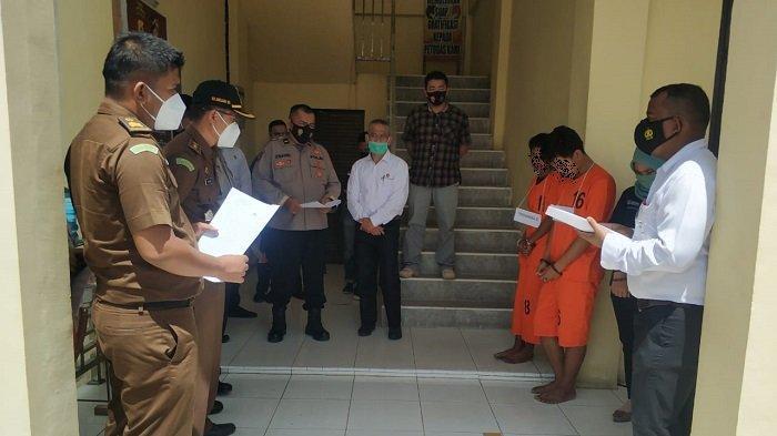 ABS dan BWY saat melakukan reka ulang perampokan dan pembunuhan yang mereka lakukan terhadap Nek Ribut di Mapolres Aceh Tamiang.