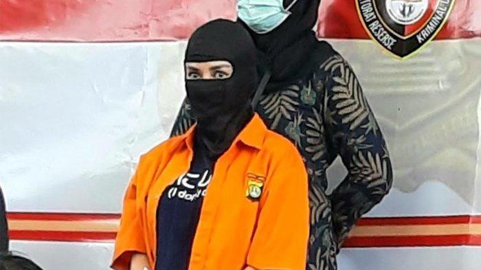 Bintang film dan model Cynthiara Alona ditangkap Polda Metro Jaya terkait kasus dugaan prostitusi online. Cynthiara Alona dihadirkan saat polisi menggelar jumpa pers 'Pengungkapan Kasus Eksploitasi Anak'. (Warta Kota/Arie Puji Waluyo)