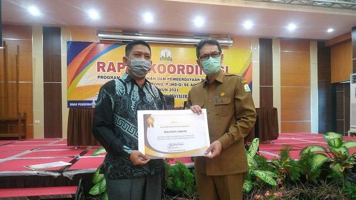 Kota Langsa Daerah Tercepat di Aceh Salurkan Dana Desa Tahun 2021, Gubernur Beri Penghargaan Ini