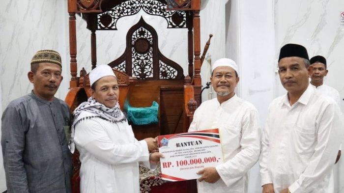 Pemkab Pidie Jaya Serahkan Dana Operasional Rp 955 Juta untuk 74 Masjid