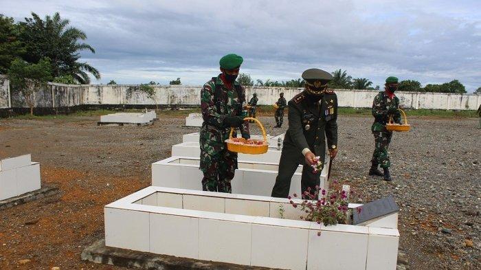 Peringati HUT ke-75 TNI, Dandim Nagan Raya Ziarah ke Makam Pahlawan dan Serahkan Santunan ke Ponpes