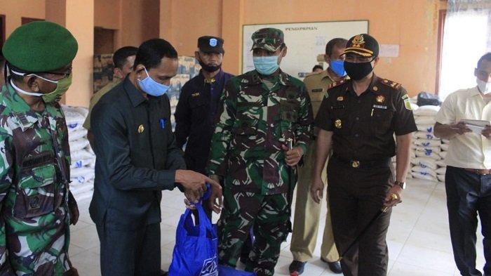 Dandim Aceh Selatan Hadiri Penyerahan Sembako Covid-19 kepada Warga