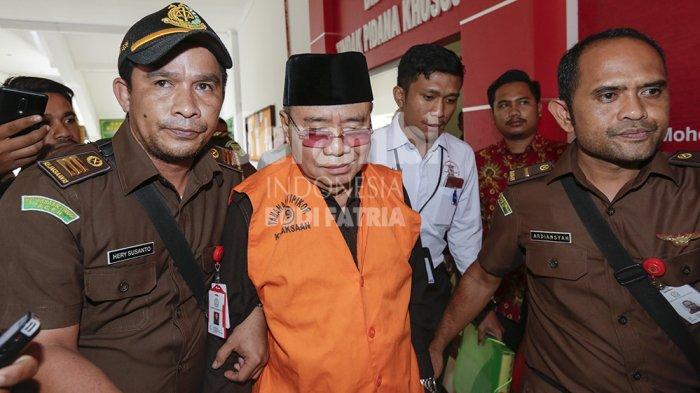 FOTO-FOTO : Mantan Bupati Simeulue, Darmili Tertunduk Lesu Saat Ditahan Penyidik Kejati Aceh