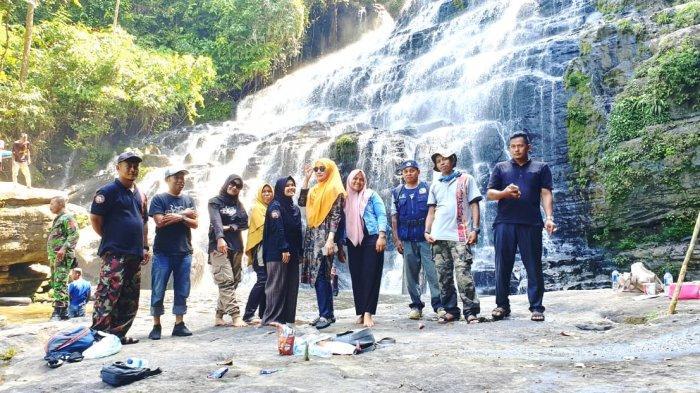 Darwati A Gani dan Komunitas Wisata Tuantapa Jelajahi Objek Wisata Air Terjun Tangga 1000