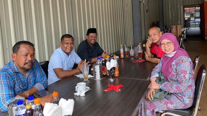 Pengurus Komunity Melayu Acheh Malaysia (KMAM) (kiri) melakukan pertemuan dengan President Angkatan Sukarelawan Asas Sejahtera (ASAS), Siti Noraishah Tan Sri SM Salim, di Kuala Lumpur, Malaysia, Ahad (10/1/2021), membicarakan mekanisme pengumpulan sumbangan dan penyaluran bantuan untuk korban banjir di Malaysia.