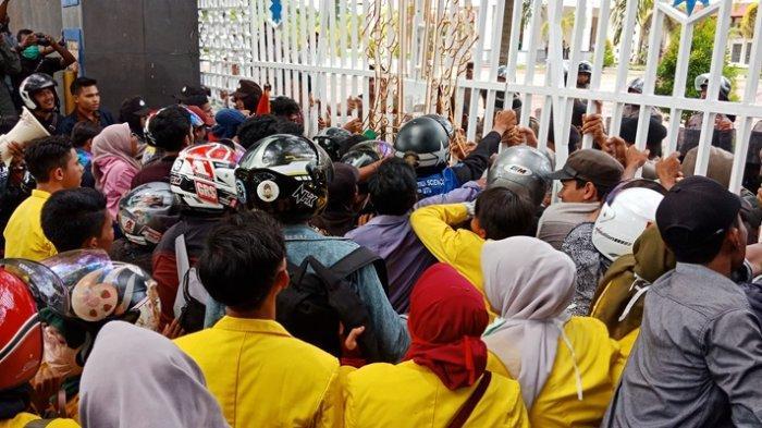 BREAKING NEWS: Mahasiswa Demo Kantor Bupati Nagan Raya, Tuntut PT EMM Tinggalkan Aceh
