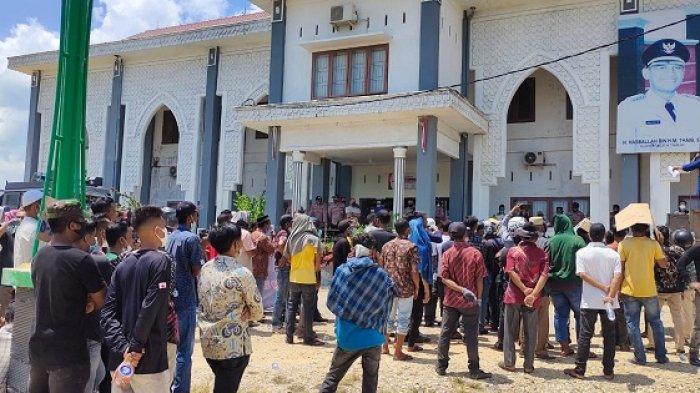 Massa Unjuk Rasa ke Kantor Bupati Aceh Timur, Tuntut Mulai Pelantikan Keuchik Hingga Audit Dana Desa