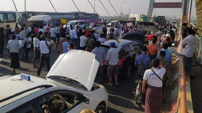 Demonstran Myanmar Lakukan Aksi Unik, Mobil Seolah-olah Mogok di Tengah Jalan