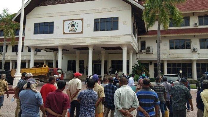 Tuntut Upah Sesuai UMP, Puluhan Petugas DLHK Demo di Kantor Bupati Aceh Utara, Gagal Jumpai Cek Mad