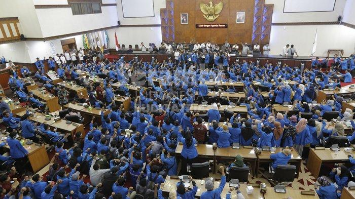 FOTO-FOTO : Demo Mahasiswa di Banda Aceh, Lagu Prang Sabi Menggema Dalam Ruang Sidang DPRA