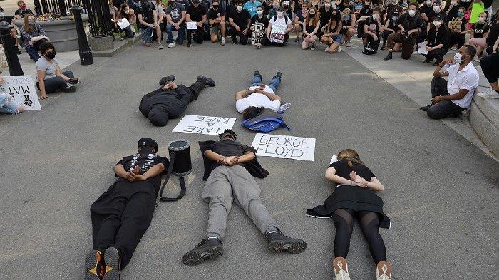 Demonstran AS Berbaring, Meniru Kematian George Floyd Selama 8,46 menit