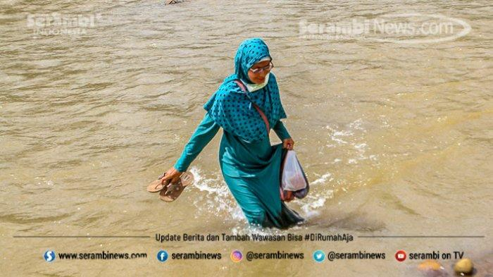 FOTO - Potret Pendidikan Di Aceh Besar, Bertaruh Nyawa Menyeberangi Sungai Demi Menuntut Ilmu - desa-panca-kubu-aceh-besar-3.jpg