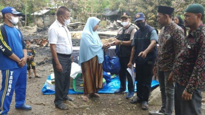 Pemkab Pidie Jaya Serahkan Bantuan Masa Panik untuk Korban Kebakaran Rumah di Meurah Dua