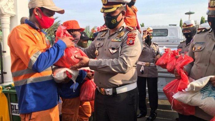 Ditlantas Polda Aceh Salur Sembako untuk 51 Penyapu Jalan di Banda Aceh