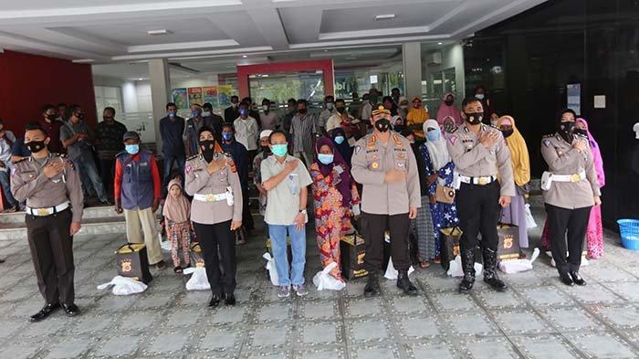 Dirlantas Polda Aceh Bagi Paket Sembako, Untuk Loper dan Pengasong Koran