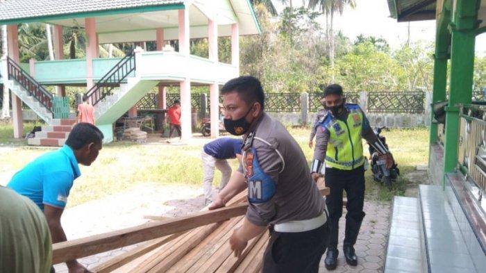 Dirlantas Polda Aceh Bantu Perbaikan Meunasah Abeuk Budi Juli yang Rusak karena Tertumbang Pohon