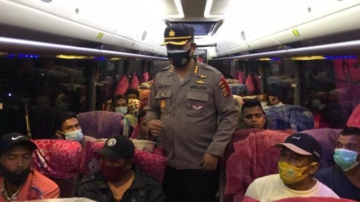 Dirlantas Polda Aceh Bagi Sembako untuk Sopir Angkutan Umum di Terminal Batoh