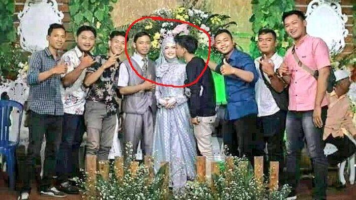 Disuruh Fotografer Gaya Bebas, Pria Ini Malah Cium Mempelai Wanita di Pelaminan, Fotonya Viral Lagi