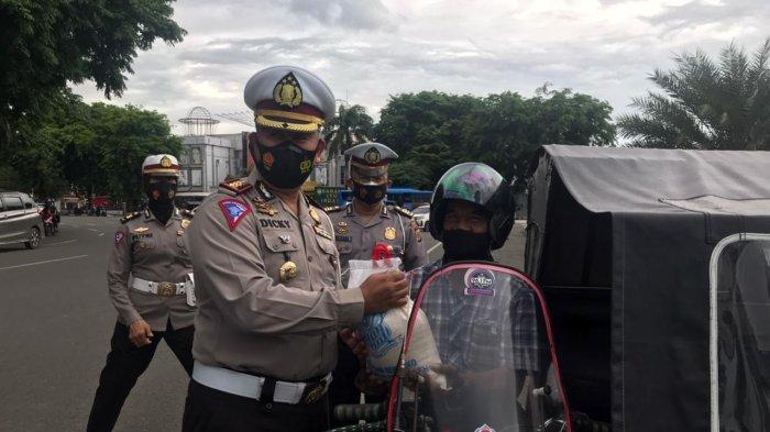 100 Abang Becak Dapat Beras Gratis Dari Ditlantas Polda Aceh