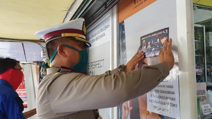 FOTO-FOTO Aksi Polisi Turun ke Warung-warung Kopi dan Tempat Keramaian untuk Lawan Virus Corona - ditlantas-polda-aceh-tempel-stiker-lawan-corona-2.jpg